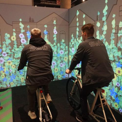 Durch schnelles Radeln eine virtuelle Landschaft erblühen lassen